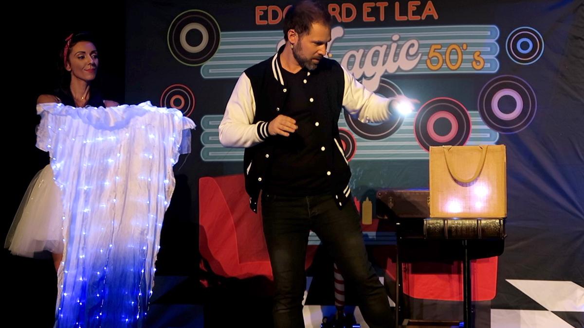 Edouard et Léa, spectacle de magie pour tous vos évènement, manipulations de balles lumineuses.